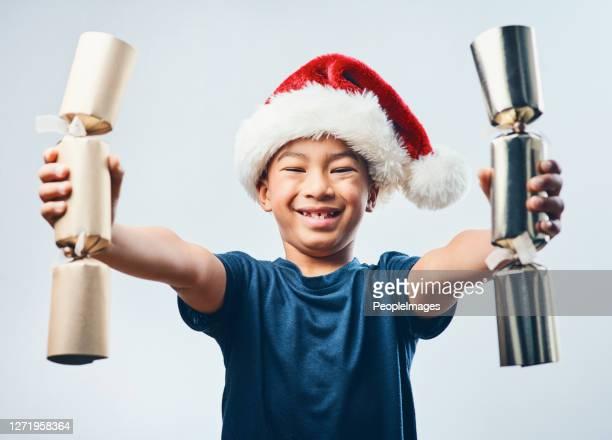 どれが最大のブームを持しているかを見てみましょう - クリスマスクラッカー ストックフォトと画像