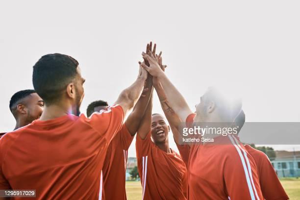 lassen sie uns sie zeigen! - fußballmannschaft stock-fotos und bilder