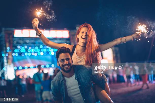 lassen sie uns diese nacht funkeln - musikfestival stock-fotos und bilder