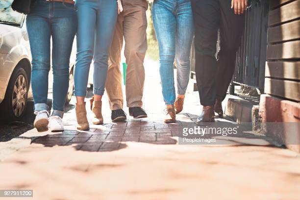 werfen wir einen spaziergang entlang der straße jungs - look down stock-fotos und bilder