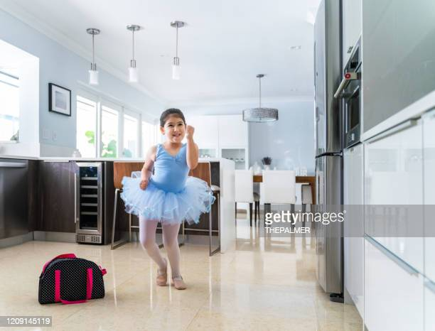 essayons quelques mouvements non ballet aujourd'hui - danse latine photos et images de collection