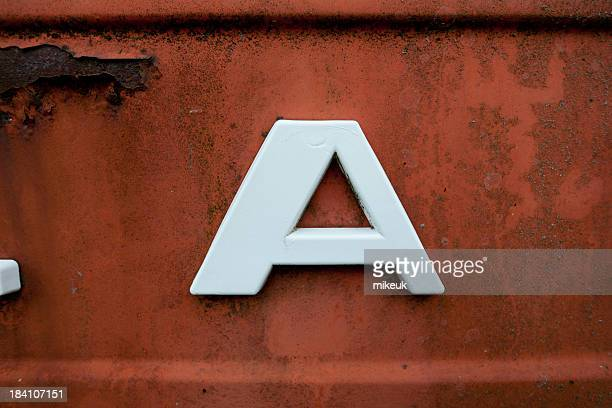lettera a su vecchio metallo - lettera a foto e immagini stock