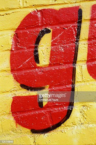 letter 'g' painted on wall, close-up - letra g - fotografias e filmes do acervo