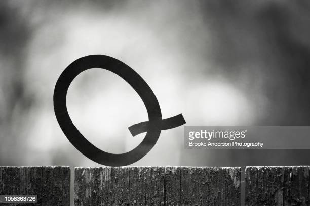 letter q tipping on fence, q-tip, cotton swab - letra q - fotografias e filmes do acervo