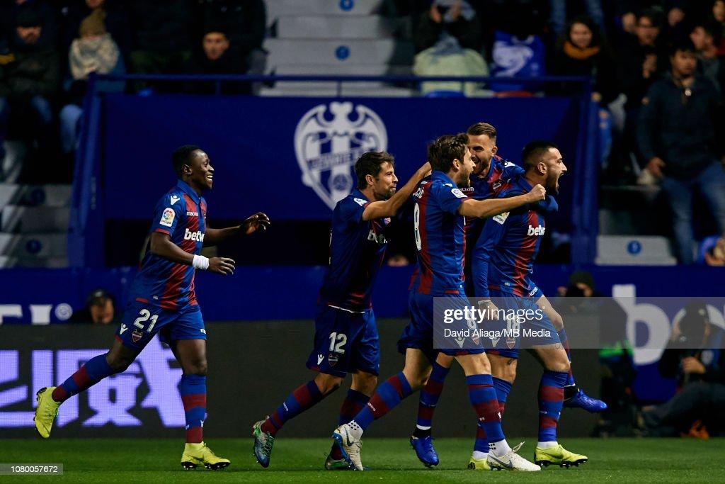 Levante v FC Barcelona - Copa del Rey Round of 16 : ニュース写真