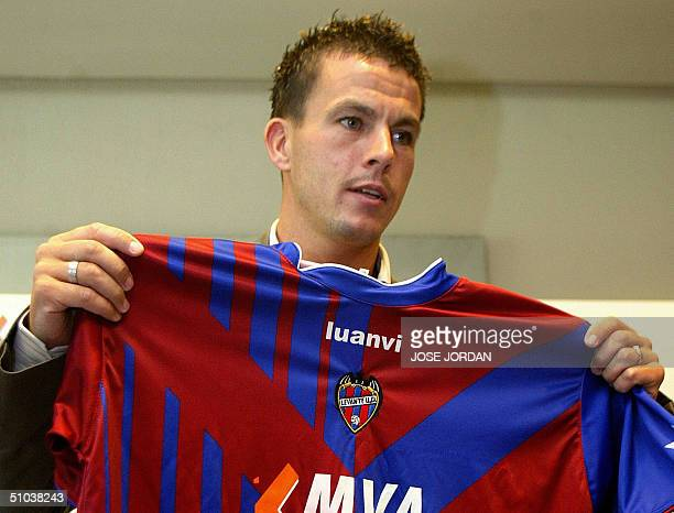 Levante's new player Irish Ian Harte shows off his new Levante club jersey during his presentation at the Valencia Palace Hotel in Valencia 09 July...