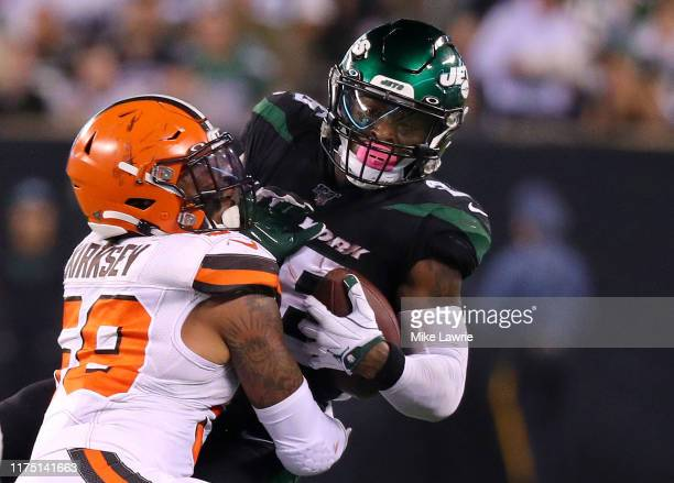 Le'Veon Bell of the New York Jets makes a catch against Christian Kirksey of the Cleveland Browns in the second quarter at MetLife Stadium on...