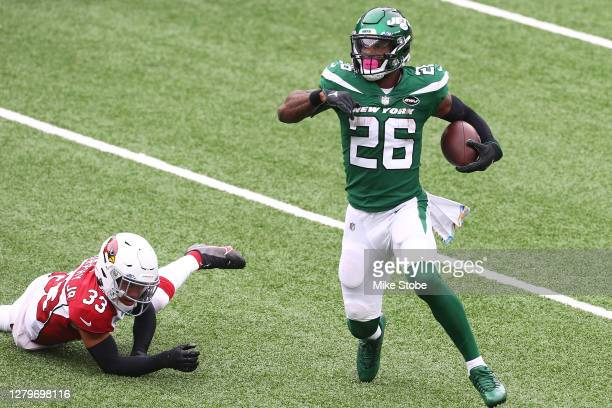 Le'Veon Bell of the New York Jets runs with the ball against the Arizona Cardinals at MetLife Stadium on October 11, 2020 in East Rutherford, New...