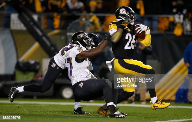 Le'Veon Bell of the Pittsburgh Steelers avoids a tackle by CJ Mosley of the Baltimore Ravens as he runs into the end zone after a catch for a 20 yard...
