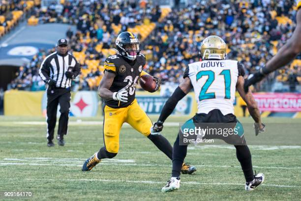 Le'Veon Bell of the Pittsburgh Steelers carries a ball lateraled by Ben Roethlisberger for a touchdown during the second half of the AFC Divisional...