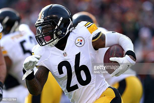 Le'Veon Bell of the Pittsburgh Steelers carries the ball during the first quarter of the game against the Cincinnati Bengals at Paul Brown Stadium on...
