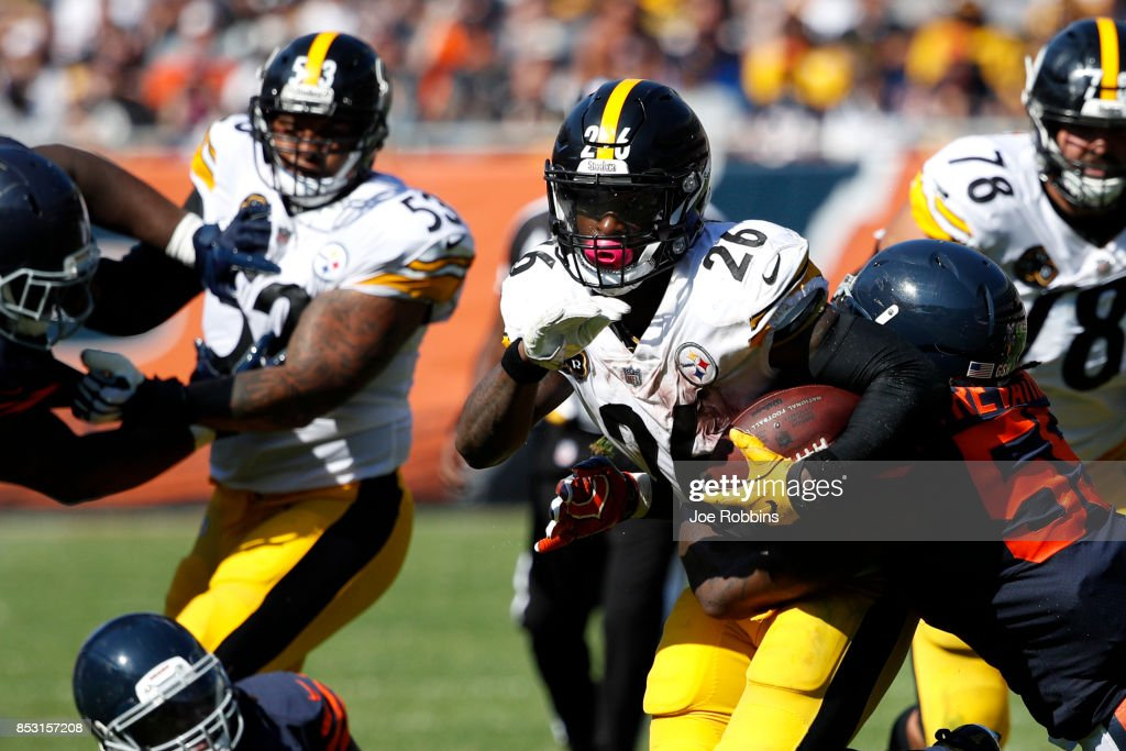 Le'Veon Bell #26 of the Pittsburgh Steelers carries the football against the Chicago Bears in the fourth quarter at Soldier Field on September 24, 2017 in Chicago, Illinois.
