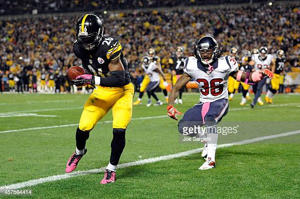 Le'Veon Bell of the Pittsburgh Steelers catches a 2 yard pass in the second quarter thrown by Ben Roethlisberger against DJ Swearinger of the Houston...