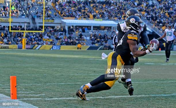 Le'Veon Bell of the Pittsburgh Steelers catches a pass in front of Telvin Smith of the Jacksonville Jaguars for a 19 yard touchdown reception in the...