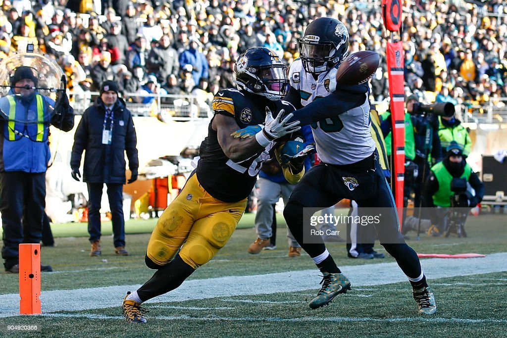 Le'Veon Bell #26 of the Pittsburgh Steelers catches a touchdown pass against Telvin Smith #50 of the Jacksonville Jaguars during the second half of the AFC Divisional Playoff game at Heinz Field on January 14, 2018 in Pittsburgh, Pennsylvania.