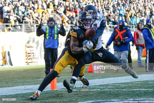Le'Veon Bell of the Pittsburgh Steelers catches a touchdown pass against Telvin Smith of the Jacksonville Jaguars during the second half of the AFC...