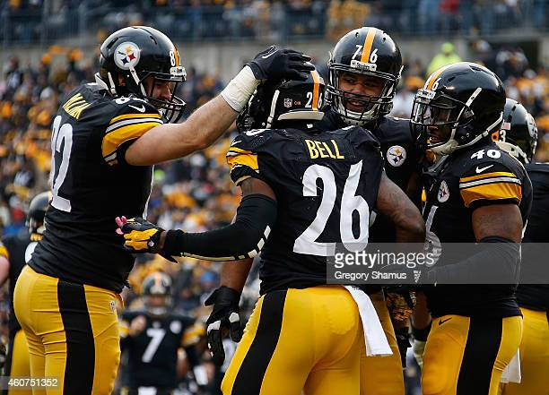 Le'Veon Bell of the Pittsburgh Steelers celebrates his touchdown with teammates during the second quarter against the Kansas City Chiefs at Heinz...