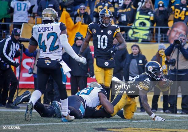 Le'Veon Bell of the Pittsburgh Steelers reaches to the end zone for an 8 yard touchdown in the fourth quarter during the AFC Divisional Playoff game...
