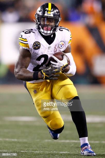 Le'Veon Bell of the Pittsburgh Steelers runs with the ball against the Cincinnati Bengals during the second half at Paul Brown Stadium on December 4...