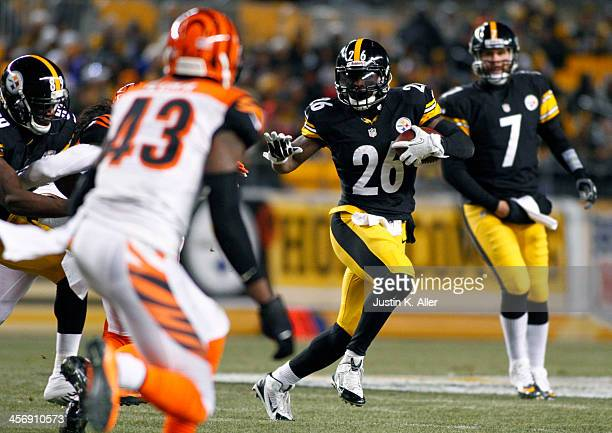 Le'Veon Bell of the Pittsburgh Steelers rushes against the Cincinnati Bengals during the game on December 15, 2013 at Heinz Field in Pittsburgh,...