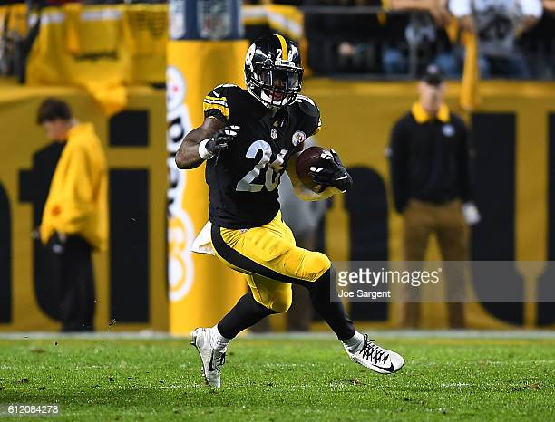 Le'Veon Bell of the Pittsburgh Steelers rushes against the Kansas City Chiefs in the first half during the game at Heinz Field on October 2 2016 in...