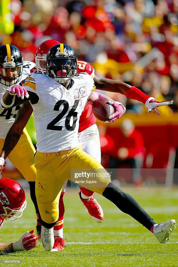 Le'Veon Bell #26 of the Pittsburgh Steelers rushes the ball at Arrowhead Stadium during the fourth quarter of the game against the Kansas City Chiefs on October 25, 2015 in Kansas City, Missouri.