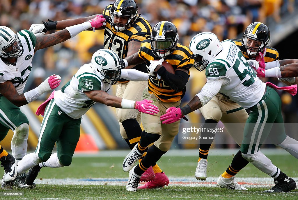 Le'Veon Bell #26 of the Pittsburgh Steelers tries to split the defense of Rontez Miles #45 and Erin Henderson #58 during a fourth quarter run at Heinz Field on October 9, 2016 in Pittsburgh, Pennsylvania. Pittsburgh won the game 31-13.