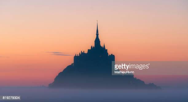 Lever du soleil dans la brume au mont Saint-Michel