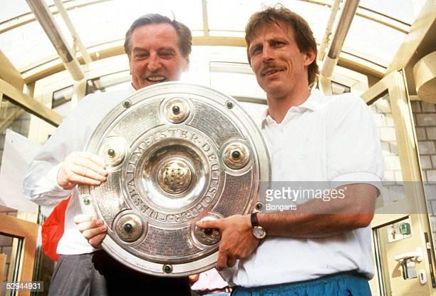 Leverkusen BAYER LEVERKUSEN VFB STUTTGART 12 VFB STUTTGART DEUTSCHER FUSSBALLMEISTER 1992 Praesident Gerhard MAYERVORFELDER und Trainer Christoph...
