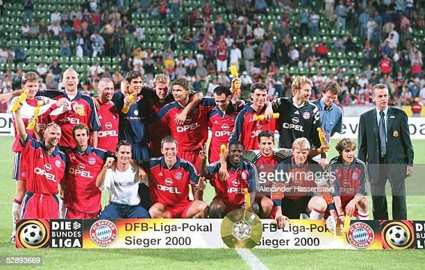 POKAL 2000 FINALE Leverkusen FC BAYERN MUENCHEN HERTHA BSC BERLIN 51 SIEGERJUBEL TEAM BAYERN MUENCHEN