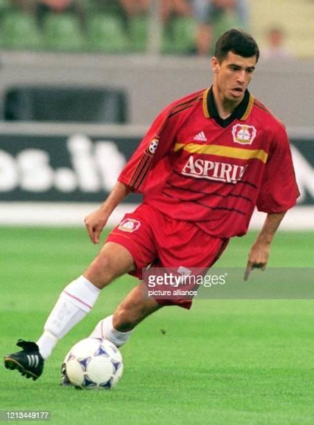 Leverkusens brasilianischer Mittelfeldspieler Robson Ponte ist am 6.8.1999 in der heimischen BayArena in Aktion, wo Fußball-Bundesligist Bayer 04...