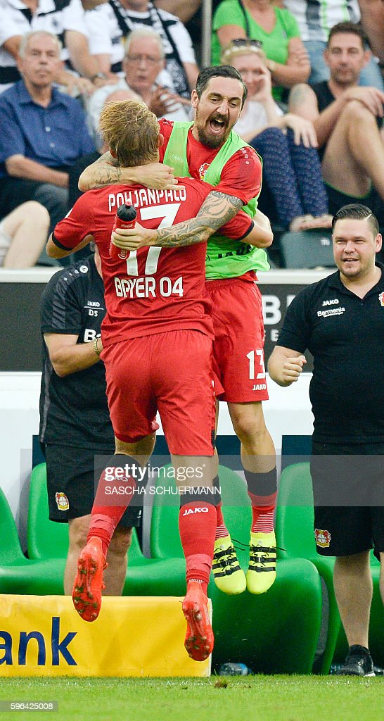 Leverkusen's Finnish forward Joel Pohjanpalo celebrates scoring the 1:1 with his teammates during the German first division Bundesliga football match of Borussia Moenchengladbach vs Bayer 04 Leverkusen in Moenchengladbach, western Germany, on August 27, 2016. / AFP / SASCHA