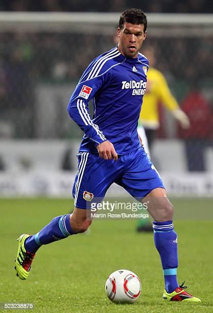 Leverkusen's Michael Ballack lauft mit dem Ball waehrend des Bundesligaspiels zwischen SV Werder Bremen Bayer Leverkusen im Weser Stadion am...