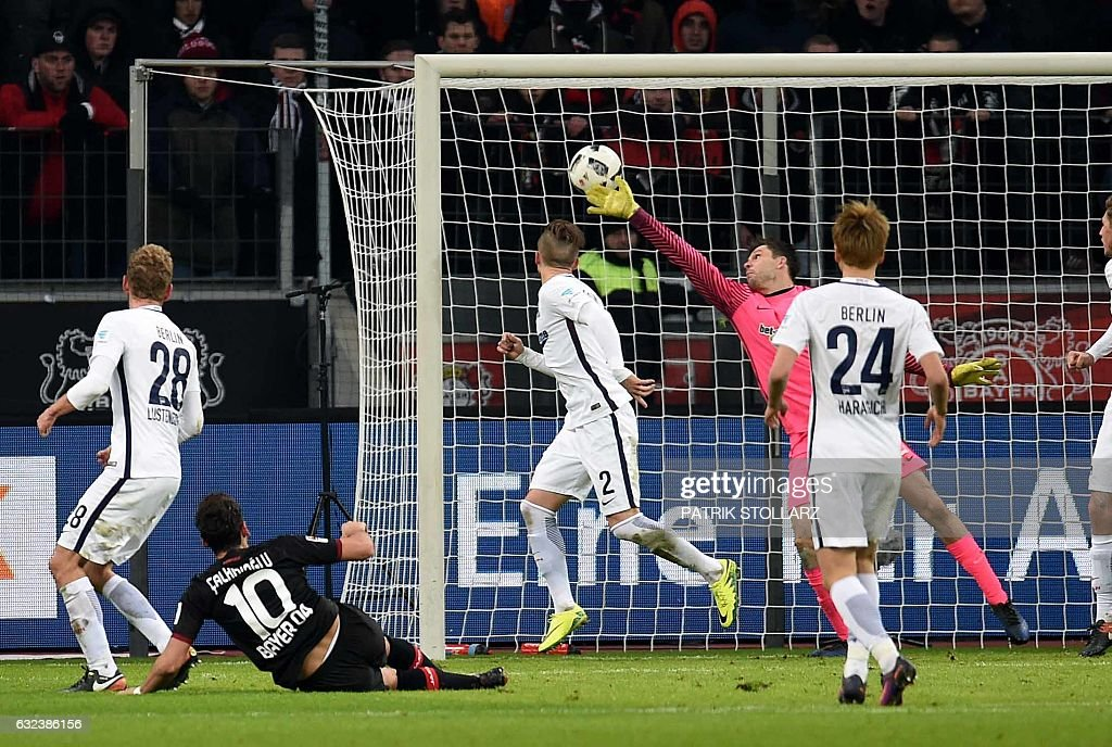 FBL-GER-BUNDESLIGA-LEVERKUSEN-HERTHA-BERLIN : News Photo