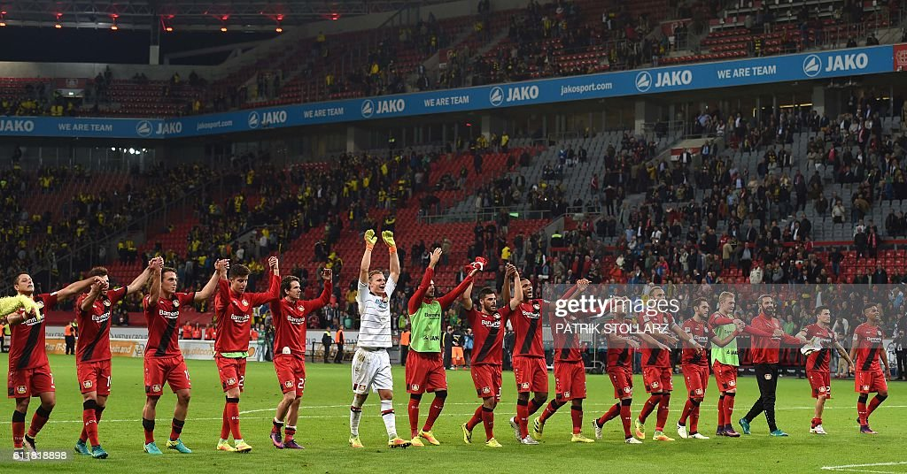 Leverkusen´s players celebrate after the German first division Bundesliga football match between Bayer 04 Leverkusen and BVB Borussia Dortmund in the Bay Arena in Leverkusen, western Germany on October 1, 2016. / AFP / PATRIK