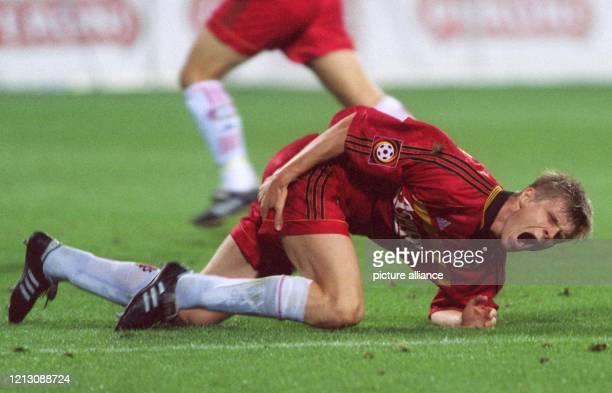Leverkusens slowakischer AbwehrspielerVratislav Gresko faßt sich, verletzt am Boden liegend, mit schmerzverzerrtem Gesicht an den Oberschenkel nach...