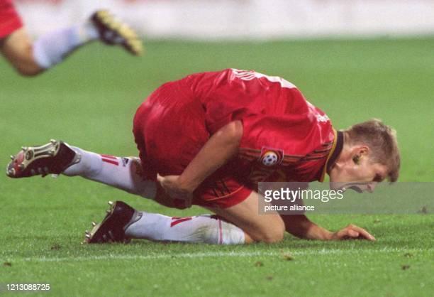 Leverkusens slowakischer AbwehrspielerVratislav Gresko faßt sich, verletzt am Boden kniend, mit schmerzverzerrtem Gesicht an den Oberschenkel -...