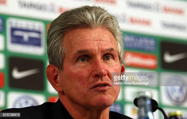 Leverkusen's Trainer Jupp Heynkes gibt ein Interview waehrend der Pressekonferenz nach dem Bundesligaspiels zwischen SV Werder Bremen Bayer...
