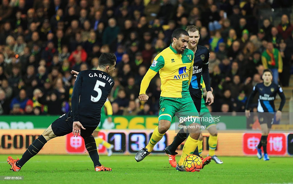 Lewis Grabban of Norwich City scores their first and equalising goal during the Barclays Premier League match between Norwich City and Arsenal at Carrow Road on November 29, 2015 in Norwich, England.