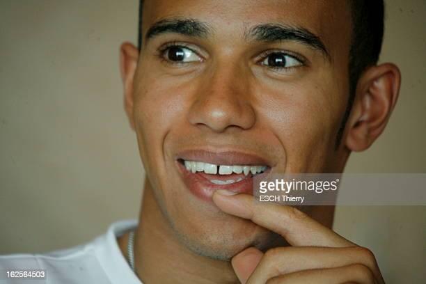 Lewis Hamilton Winner Of Grand Prix De Monaco 2008 Portrait de face souriant du pilote automobile Lewis HAMILTON un doigt sur les lèvres deux jours...