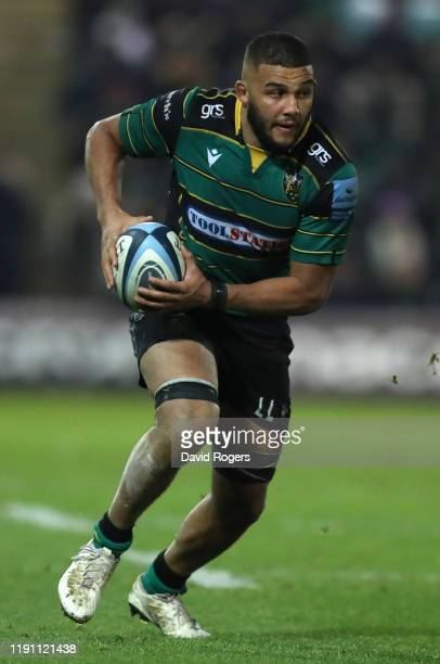 Lewis Ludlam of Northampton Saints runs with the ball during the Gallagher Premiership Rugby match between Northampton Saints and Leicester Tigers at...