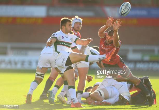 Lewis Ludlow of Gloucester Rugby attempts to charge down a kick from the ruck from Ben Meehan of London Irish during the Gallagher Premiership Rugby...