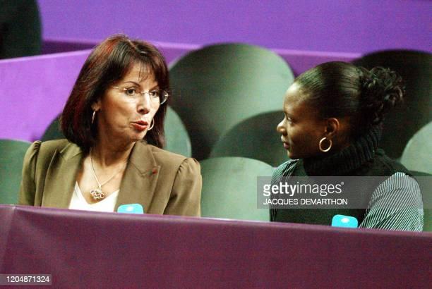 l'exchampionne d'athlétisme Colette Besson s'entretient avec l'athlète Muriel Hurtis le 05 février 2003 au stade Pierre de Coubertin à Paris pendant...