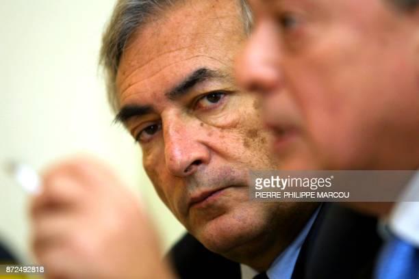 l'exministre de l'Economie et des Finances Dominique StraussKahn au côté de l'exministre de l'Economie espagnol Carlos Solchaga assiste le 01 février...