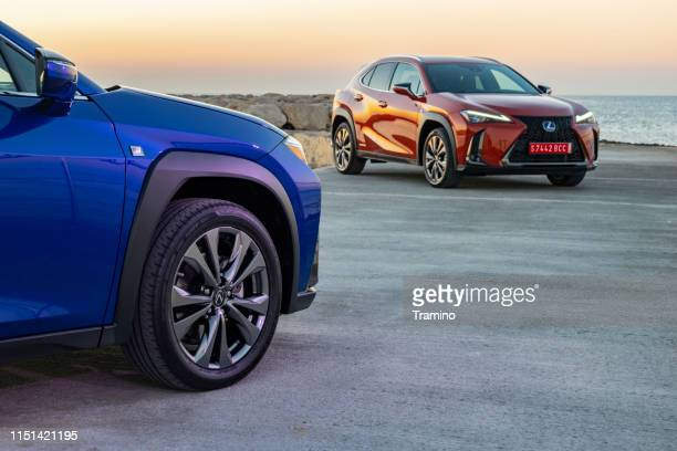 lexus ux 250h vehículos durante el amanecer - dos objetos fotografías e imágenes de stock