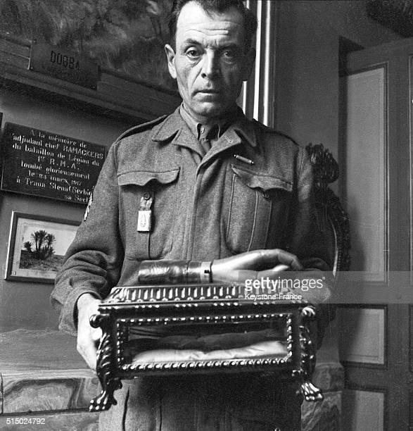 Légionnaire portant un reliquaire avec la main articulée du capitaine d'Anjou au musée de la Légion Etrangère