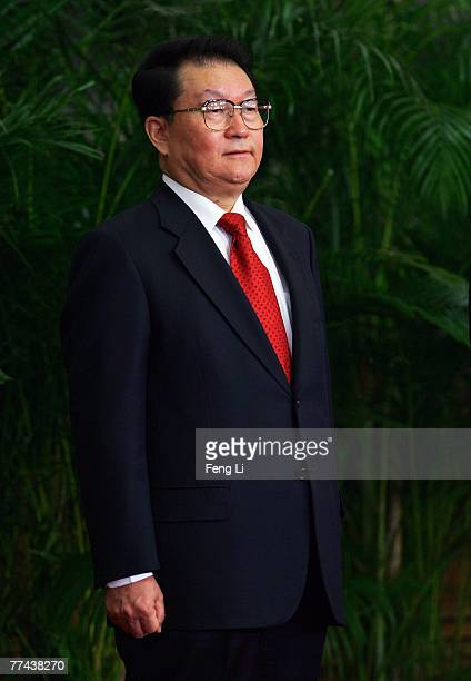 Li Changchun, one of the members of new nine-seat Politburo Standing Committee, greets the media at the Great Hall of the People on October 22, 2007...