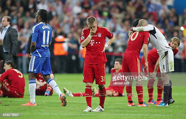 li Didier Drogba Bastian Schweinsteiger enttäuscht enttaeuscht nach Spielende Arjen Robben Torwart Petr Cech troestend Enttaeuschung Enttäuschung...