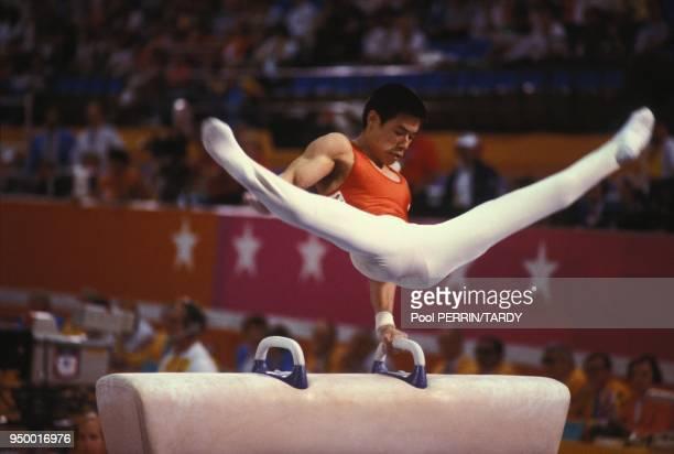 Li Ning membre de l'equipe chinoise au cheval d'arcon medaille d'or lors des competitions de gymnastique en aout 1984 a Los Angeles EtatsUnis