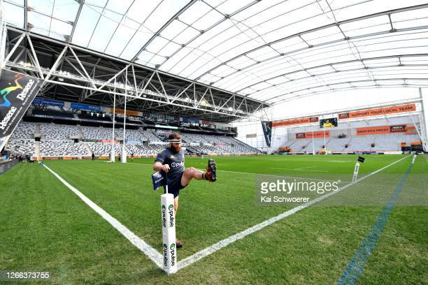 Liam Coltman of the Highlanders warms up ahead of the round 10 Super Rugby Aotearoa match between the Highlanders and the Hurricanes at Forsyth Barr...